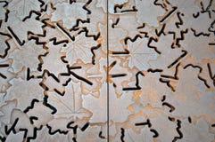 Rejilla del metal con adorno de la hoja Imágenes de archivo libres de regalías
