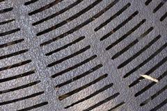 Rejilla del metal en la circular de la calle foto de archivo