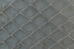 Rejilla del metal en una pared gris con la peladura de la pintura El concepto de restricci?n de la libertad fotos de archivo