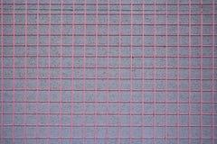 Rejilla roja del metal sobre la pared del estuco Fotos de archivo libres de regalías
