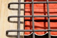 Rejilla y ventana con la cortina roja en Génova Imagen de archivo libre de regalías