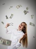 rejoicing Donna nel bianco e nei dollari Fotografie Stock Libere da Diritti