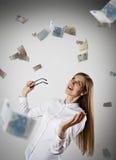 rejoicing Femme dans le blanc et l'euro Images stock