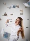 rejoicing Femme dans le blanc et l'euro Photographie stock