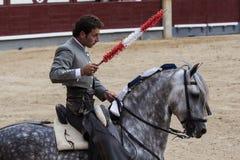 Rejoneo på den Las Ventas arenan i Madrid. Rejoneador: Sergio Galan Royaltyfri Foto