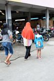 Rejowinangun,马格朗,印度尼西亚- 2019年3月24日:配比的母亲和孩子,当购物在传统市场上时 免版税库存图片
