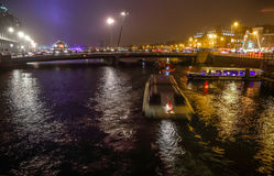 Rejs łódź w noc kanałach Amsterdam Fotografia Stock