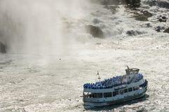 Rejs łódź z ludźmi stawia czoło Niagara spada Zdjęcia Stock