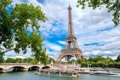 Rejs łodzie na rzecznym wontonie w Paryż i wieża eifla zdjęcie stock