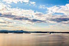 Rejsu biały liniowiec obraca nad górą Zdjęcia Royalty Free
