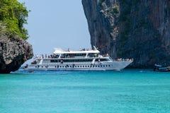 Rejsu pasażerski statek wchodzić do zatoki Zdjęcie Stock