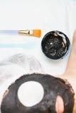 Rejuvenecimiento y skincare en salón del balneario con la mascarilla del fango Foto de archivo libre de regalías