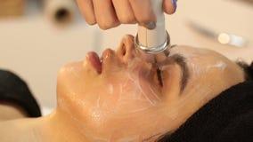 Rejuvenescendo o tratamento facial Massagem de levantamento de obtenção modelo da terapia em um salão de beleza dos TERMAS da bel filme