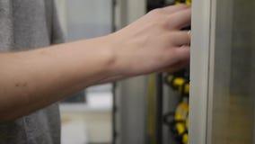 IT rek en de controles van de ingenieurs het open server het serverrek stock video