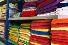 Rek met bedlinnen en handdoeken in het hotel stock afbeeldingen