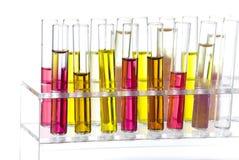 Rek met buizen gekleurde vloeistof Stock Fotografie