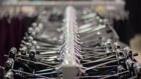 Rek met hangers in een klerenopslag vaas toe royalty-vrije stock afbeeldingen
