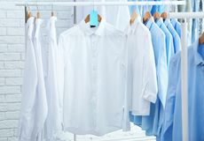 Rek met schone kleren op hangers na stomerij royalty-vrije stock afbeeldingen