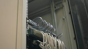 IT rek van de ingenieurs het open server en controleskabels stock video