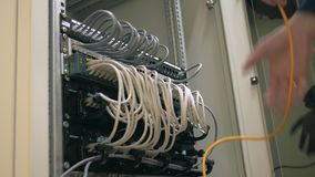 IT rek van de ingenieurs het open server en stop uit kabel stock footage