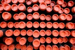 Rek van de pijpen van het ijzermetaal voor olie & gas de industrieboring die worden gebruikt stock afbeeldingen