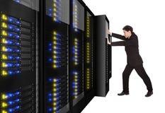 Rek van de zakenman het duwende server op zijn plaats Stock Afbeelding