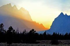 Rek van eenzame weg bij schemer bij zonsondergang Royalty-vrije Stock Fotografie