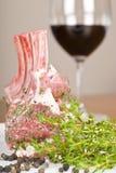 Rek van Gemarineerde Lam en Rode Wijn Royalty-vrije Stock Foto's