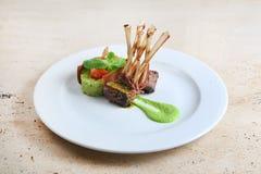 Rek van kalfsvlees, schaapribben op witte plaat Stock Foto