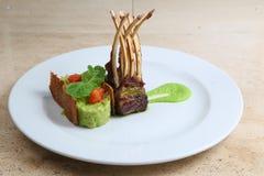 Rek van kalfsvlees, schaapribben op witte plaat Royalty-vrije Stock Foto's
