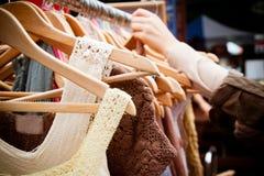Rek van kleding bij markt Stock Foto's