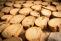 Rek van organische gebakken koekjes in een industriële oven Stock Foto's