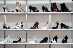 Rek van schoenen in winkel of warenhuis stock foto's