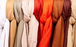 Rek van sjaals op vertoning Stock Fotografie