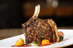 Rek van varkensvlees dat wordt het geroosterd met versiert Royalty-vrije Stock Afbeelding