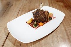 Rek van varkensvlees dat wordt het geroosterd met versiert Stock Fotografie