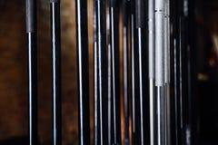 Rek van verchroomde verticale domoren op de PEGBOARD-de muurachtergrond en Banken rond Royalty-vrije Stock Afbeelding