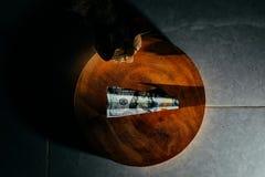 $ 100 rekening in de vorm van een vliegtuig die op een houten cirkel liggen het vliegtuig wordt gemaakt van bankbiljetten royalty-vrije stock foto