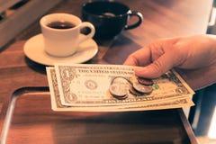 Rekening die betaling en gelduiteinden, wijnoogst controleren stock foto