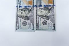 $100 rekeningen geïsoleerd close-up tegen een witte achtergrond Rijkdom en financiënconcept stock foto's