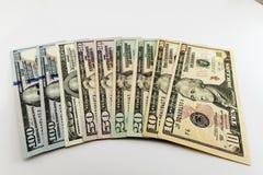 Rekeningen van het de dollargeld van de V.S. de Amerikaanse die op witte achtergrond worden uitgespreid Royalty-vrije Stock Fotografie