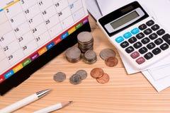Rekenings definitief bericht over tijd, onderwijsprijs, belastingsseizoen, verkoper van financieel met uiterste termijnkalender stock foto's