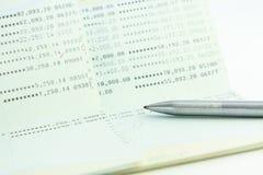 Rekeningsbankboekje met een pen Stock Afbeeldingen