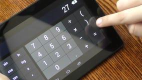 Rekenkundige berekeningen met een calculator stock footage