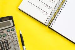 Rekenschap gevend, legt het financiële concept, vlak of hoogste mening van pen, smartphone met calculator met witte blocnote op l stock foto's