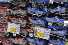 Rekken met Tennisschoenen bij de sportenopslag Stock Afbeelding