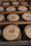 Rekken van Bourbonvaten in Pakhuis Stock Afbeeldingen