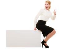 Reklama Bizneswomanu obsiadanie na puste miejsce kopii przestrzeni sztandarze obrazy stock