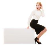 Reklama Bizneswomanu obsiadanie na puste miejsce kopii przestrzeni sztandarze obraz stock