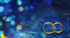 Reklamblad eller rengöringsdukbaner med två gifta sig guld- cirklar Arkivbilder